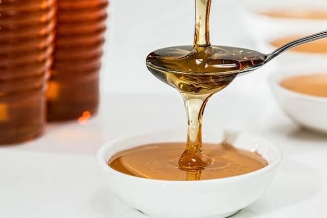 Honing tegen onderhuidse puistjes